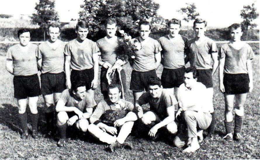 1. Herren 1963/64 Meister der Bezirksliga; von hinten links: W. Koppka, Ehlers, Kosten, P. Henschel, Stöver, Schanze, E. Hartmann, S. Erdmann; vorn: H. Koppka, Schmidt, Ertel, K. Kühnel