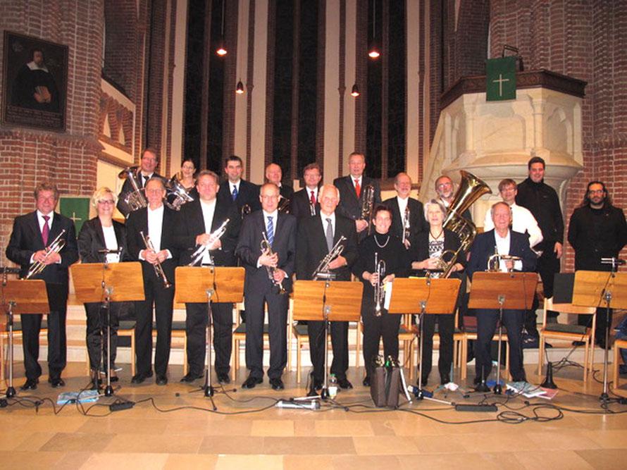 Jahreskonzert in der Felicianus-Kirche: Chorleiter Oscar Alemany Lopez (ganz rechts)