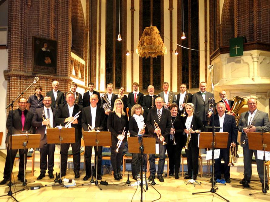 Jahreskonzert in der Felicianus-Kirche: Chorleiter Oscar Alemany Lopez (ganz links)