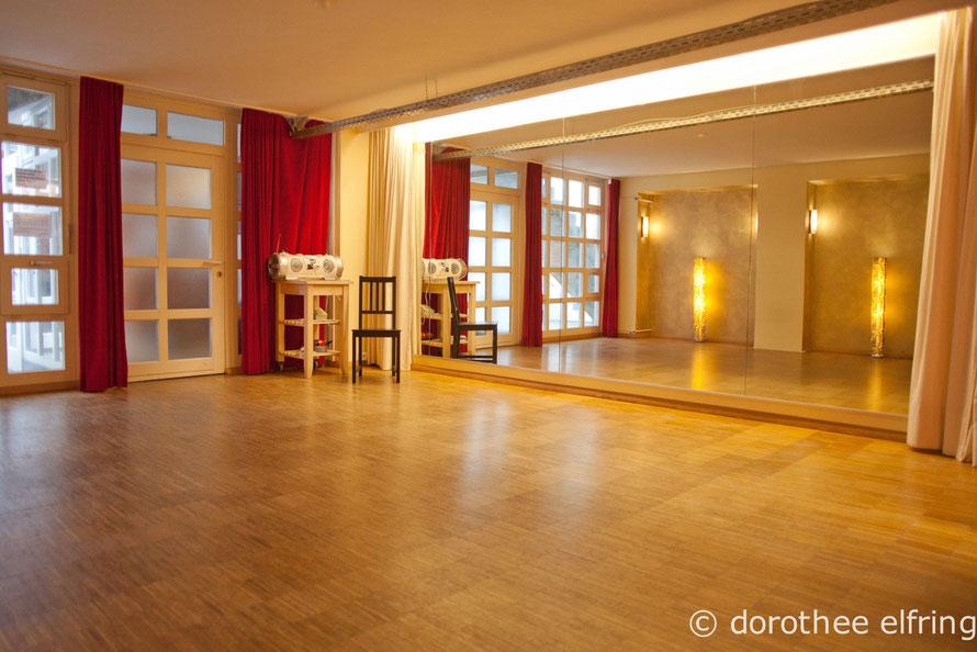 Tanzraum Saal 3 mieten in den Münchner Maillinger Studios. Mit großer Spiegelwand und Eichenparkett-Tanzboden.