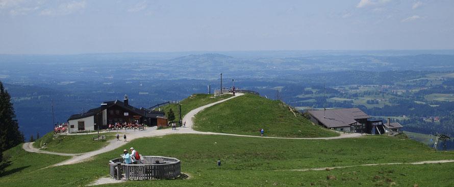 Hörnle Bergstation mit der Hörnle Berghütte und Blick über das Alpenvorland