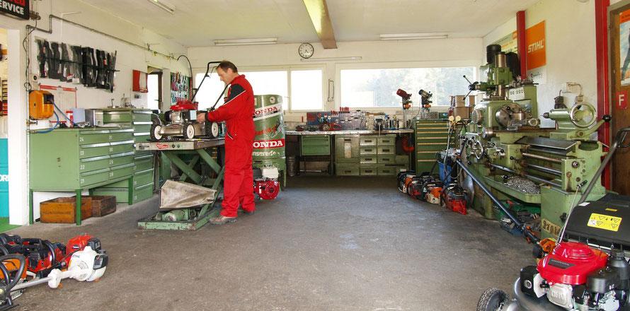 Fachgerechte Wartung und Inspektion von Roboterrasenmähern und verschiedenen Motorgeräten.