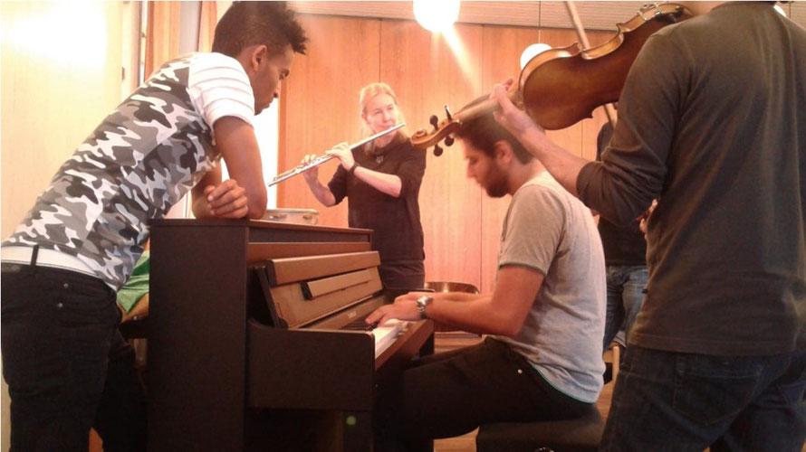 Musik-Projekt 'Klingendes Café International' von Dr. Ursel Schlicht mit geflüchteten jungen Erwachsenen, 2018, Kassel, Foto 3