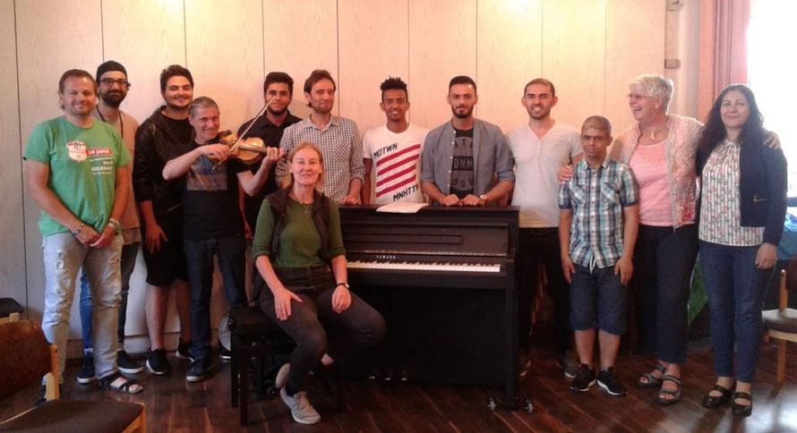 Musik-Projekt 'Klingendes Café International' von Dr. Ursel Schlicht mit geflüchteten jungen Erwachsenen, 2018, Kassel, Foto 1