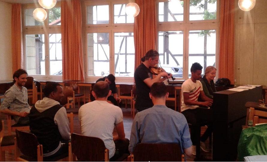 Musik-Projekt 'Klingendes Café International' von Dr. Ursel Schlicht mit geflüchteten jungen Erwachsenen, 2018, Kassel, Foto 2