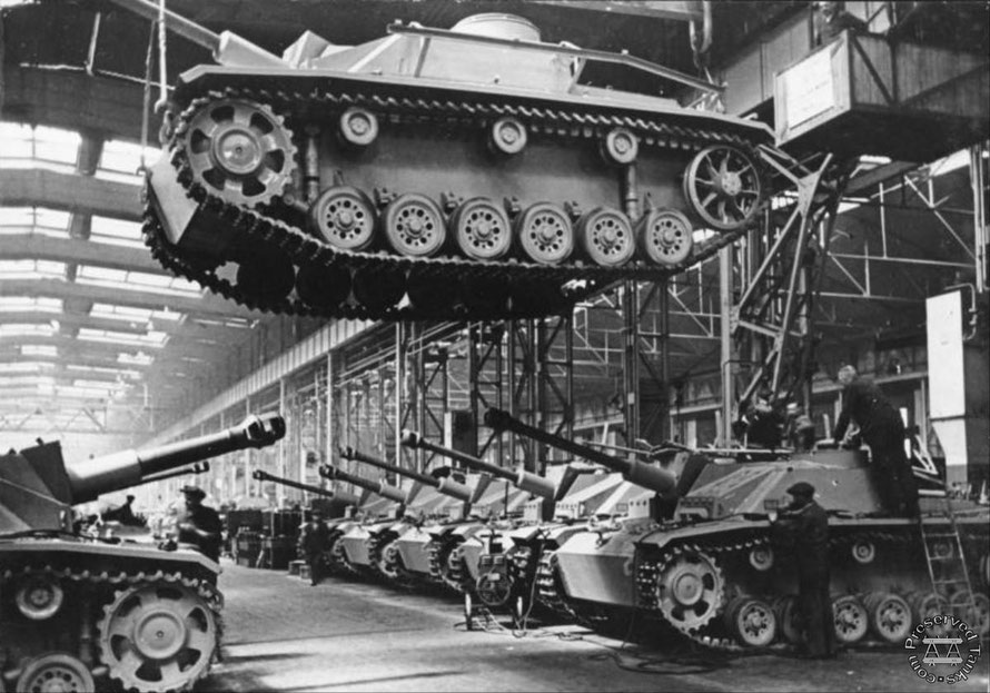L'usine de production des StuG III, victime de bombardements graves, ne permet plus de tenir les délais et ne fournit plus de blindés pour les soldats du front de l'Est