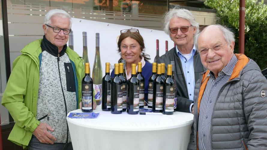 Die Künstler Hans-Werner Seyboth und Alice Kaufmann sowie Rotarier Heinz Wiedemann freuten sich über den Kauf von Johannes Schneider für den Kulturverein