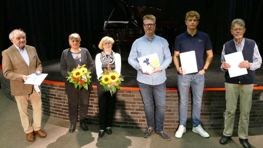 Gruppenbild mit zwei Damen:  Die PreisträgerInnen Johannes Schneider, Elfriede Meinert, Ingeborg Wöhlke, Philipp Schneider, Ben Dreger und Jürgen Dammers (v.l.)