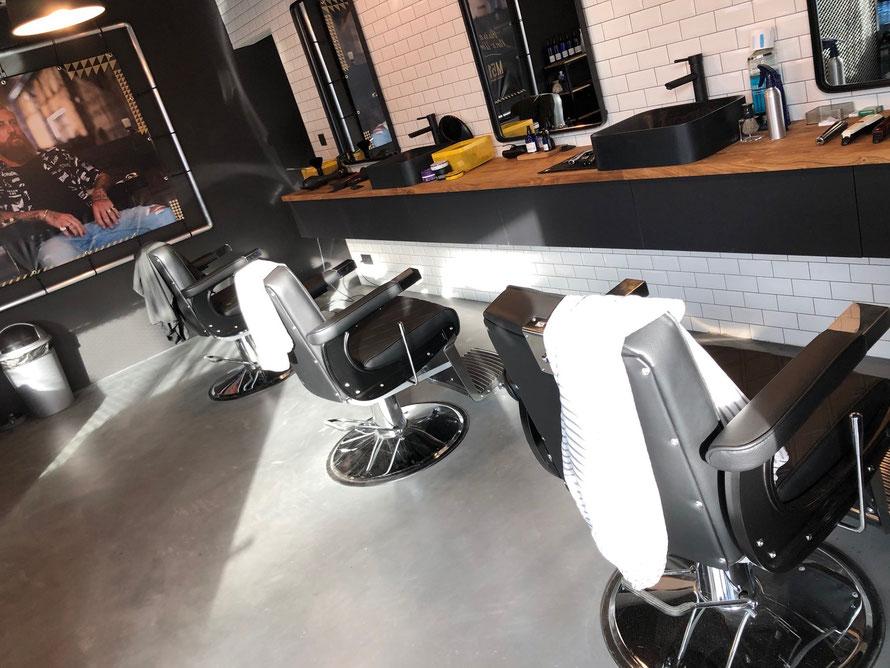 Fabrication et placement du mobilier d'un barber shop