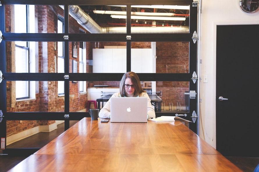 Изображение 3. Девушка работает за столом