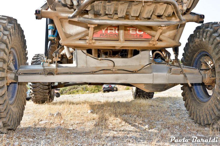 """Il ponte rigido posteriore è uno Spidertrax 4"""" Pro con differenziale spool, tutto a destra per allinearsi con cambio e riduttore, con coppie coniche Gearworks da 10"""". L'americana Spidertrax è infatti specializzata nella produzione di ponti rigidi ad alte"""