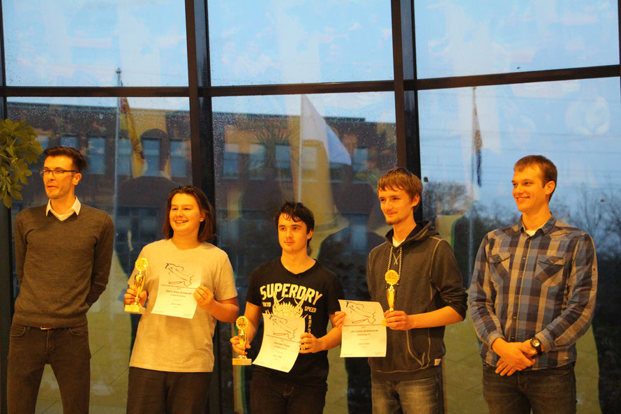 Die Siegerehrung der Top-Spieler in der U16 (v.l.n.r. Sascha Morawe (SJSH), Anton Elias Schwerdt (2.), Hannes Trapp (3.) Jan-Luca Griebenow (1.), Fabian Winker (SJSH))