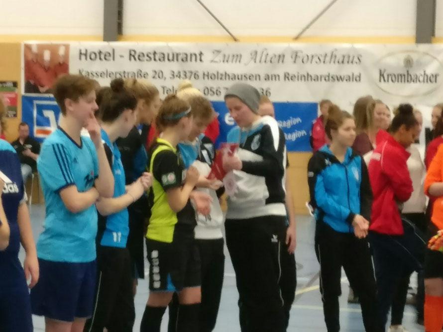Kapitänin Carolin Stöver mit der Trophäe für den vierten Platz und dem Fair-Play-Pokal