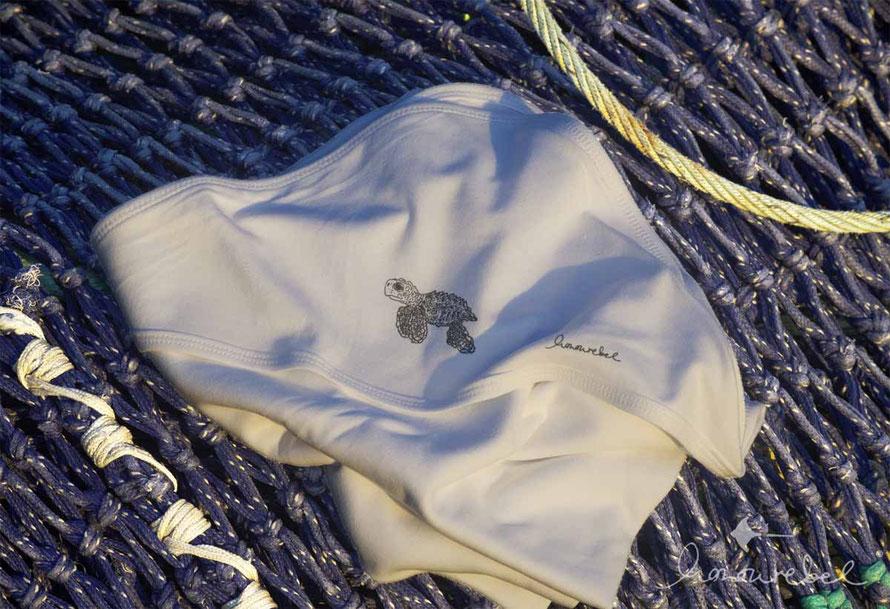 Nachhaltige, kuschelige Babydecke aus Biobaumwolle mit Schildkröte. Baby Karettschildkröte von honourebel aus Kiel.