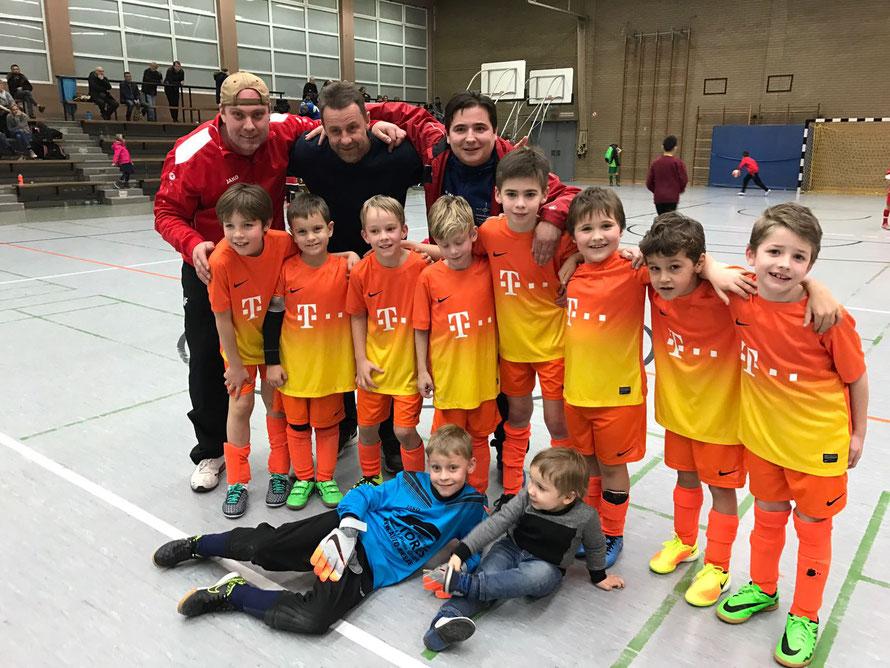 """Nach einem erfolgreichen F-Jugend Hallentunier in Frankfurt, noch ein Bild mit einer Eintracht Frankfurt Ikone: Manfred """"Manni"""" Binz"""