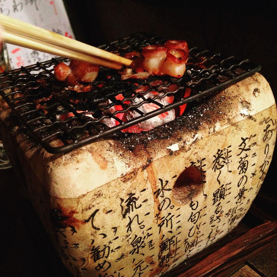 Pulpo a la brasa en restaurante de Kioto.