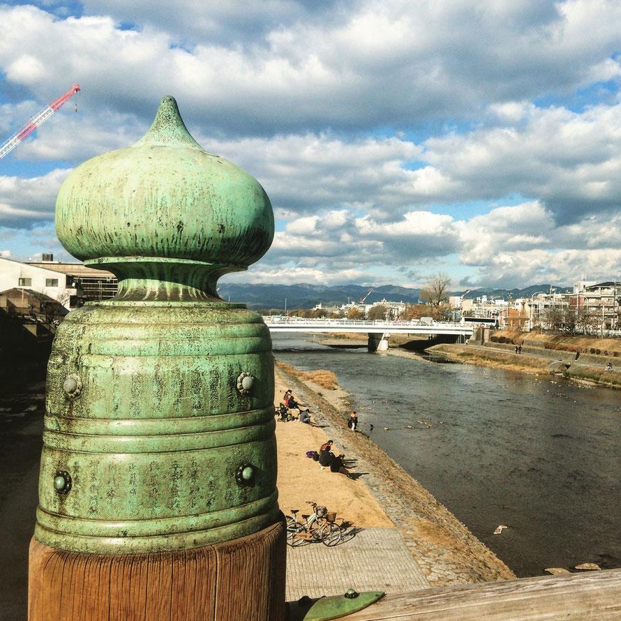 Puente sobre el río Kamo en el centro de Kioto.