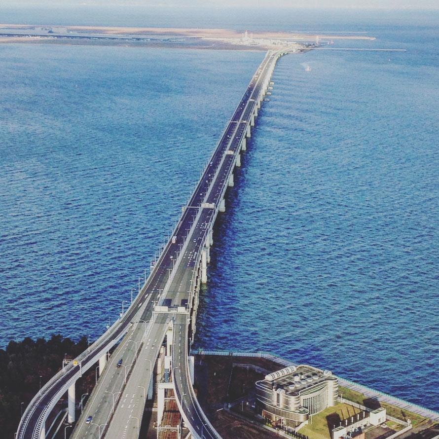 Aeropuerto internacional de Kansai, con su puente y todo.