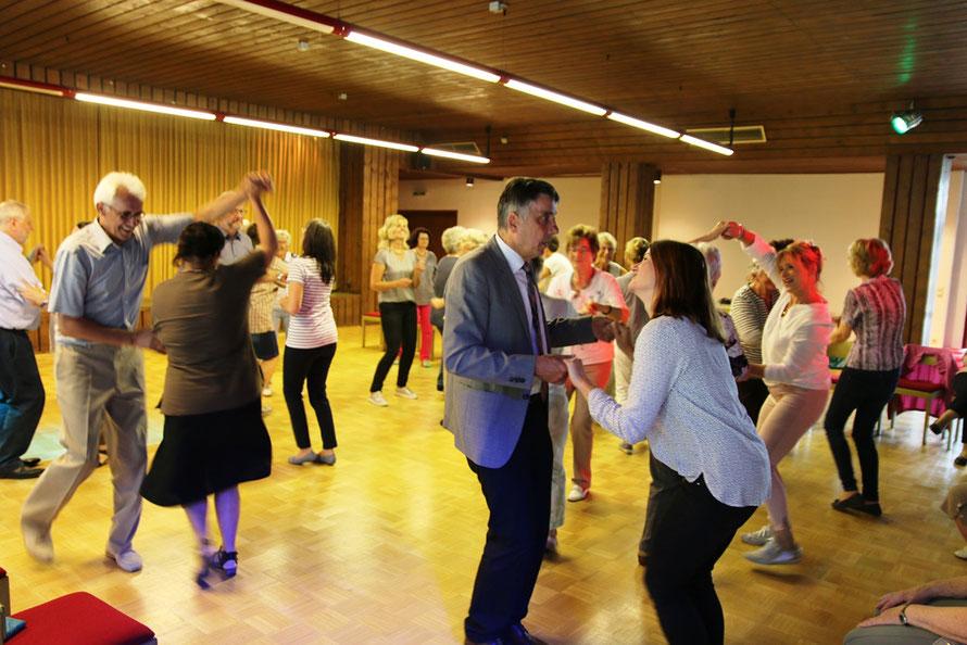 Bürgermeister Seum und weitere Tanzende. Foto: Scheer