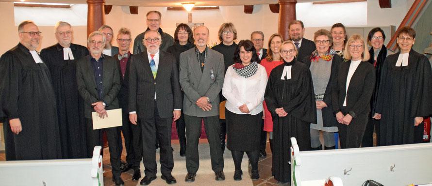 Die neuen Prädikanten mit Propst Matthias Schmidt (links) und dem Ausbilderteam. Foto: Gert Holle