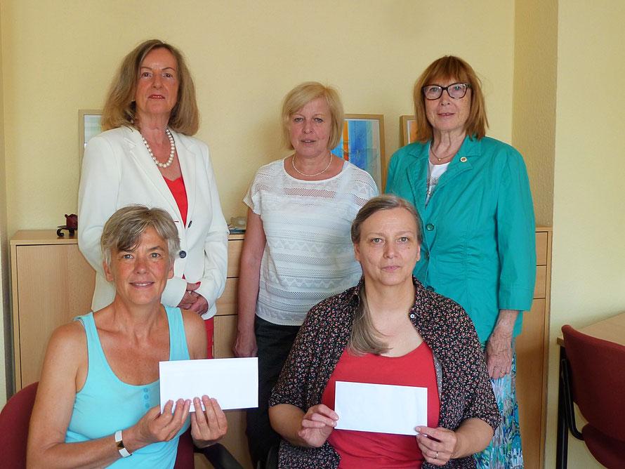 Uta Drescher, Ilona Appel und Irmtraud Hofmann (hinten von links) übergaben die Spenden an Christa Mansky (l) und Karin Kornelia Brückmann. Foto: Dekanat Büdinger Land
