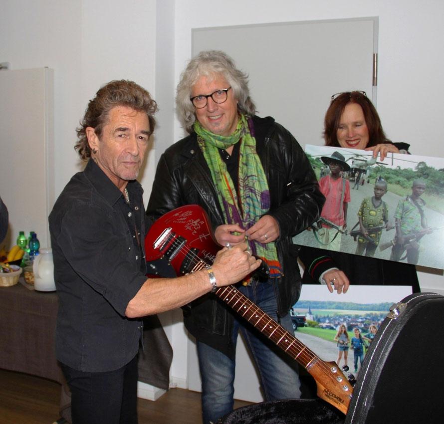 Peter Maffay mit Wolfgang Weinrich (r) bei der Signierung der Gitarre | Bild: EKHN
