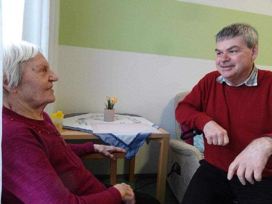 Persönliche Besuche im Erasmus-Alberus-Haus in Friedberg sind seit dem Ausbruch der Corona-Pandemie nicht mehr möglich. Frau Baumgart und Herr Schwabe hoffen, dass sie sich bald wiedersehen können.