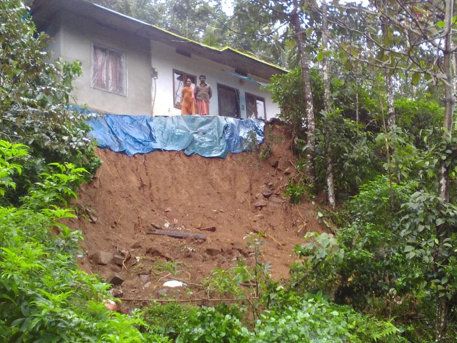 Glück gehabt – doch die Straße vor ihrem Haus wurde weggerissen, der Boden ist auf-geweicht, ob das Haus hält, ist fraglich.  © Dr. Dr. K. G. Daniel