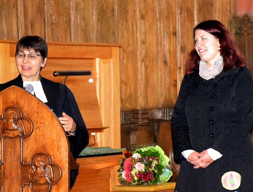 Dekanin Sabine Bertram-Schäfer begrüßte die neue Kantorin Anne Wagner (Region Büdingen) mit einem Blumenstrauß.