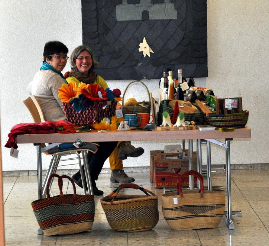 Katrin Gerloff und Renate Guist vom Weltladen Nidda erfreuten die Synodalen mit fair gehandelten Produkten. Foto: Gert Holle