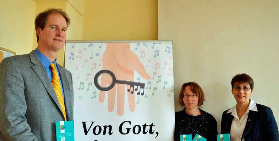 von links nach rechts: Gert Holle, Katrin Anja Krauße und Dekanin Sabine Bertram Schäfer stellen das kirchenmusikalische Programm vor. Foto: E. Maresch