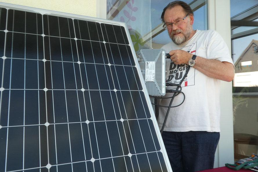 Diethardt Stamm mit einem Balkon-Photovoltaik-Modul. Foto: Diethardt Stamm