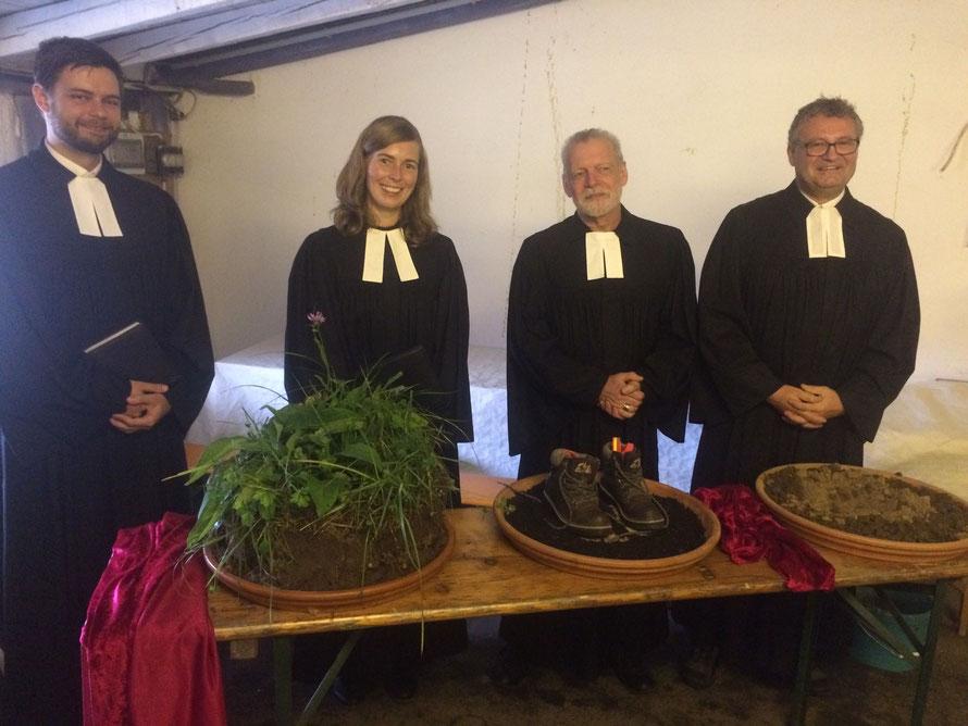 Eine Hand voll Erde – Abschlussgottesdienst. Von links: Vikar Jonas Failing, Pfarrerin Katharina Bärenfänger, Pfarrer Oliver Mohn, Pfarrer Markus Christ