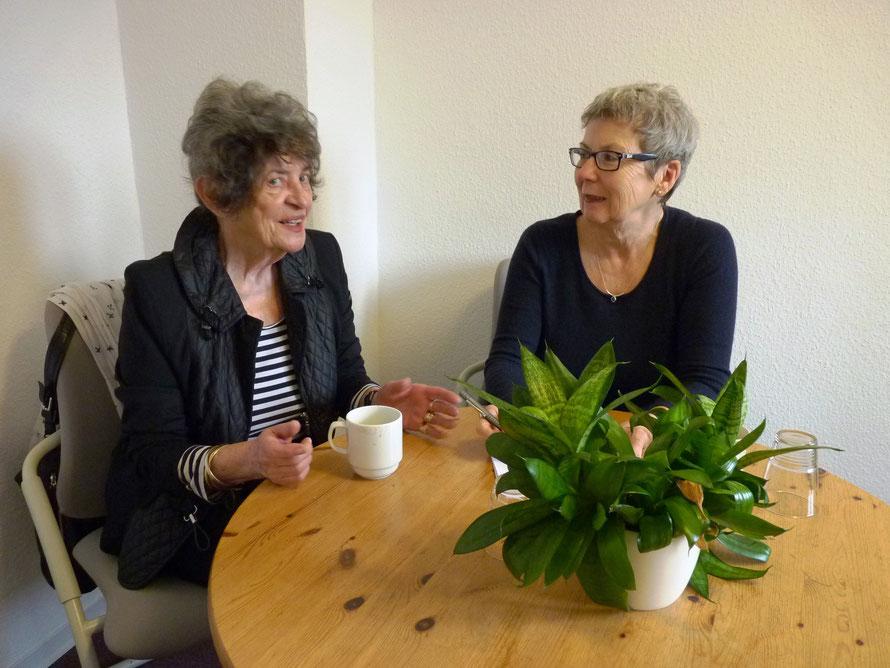 Im Gespräch: Ursula Meyer (links) und Karin Stöcker.  Bild: Simone Parbel