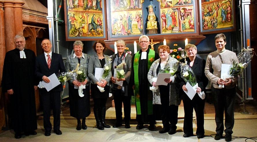 Der stellvertretende Dekan Wolfgang Keller und Pfarrer Frank Eckhardt ehrten die Jubilare. Foto: Gert Holle