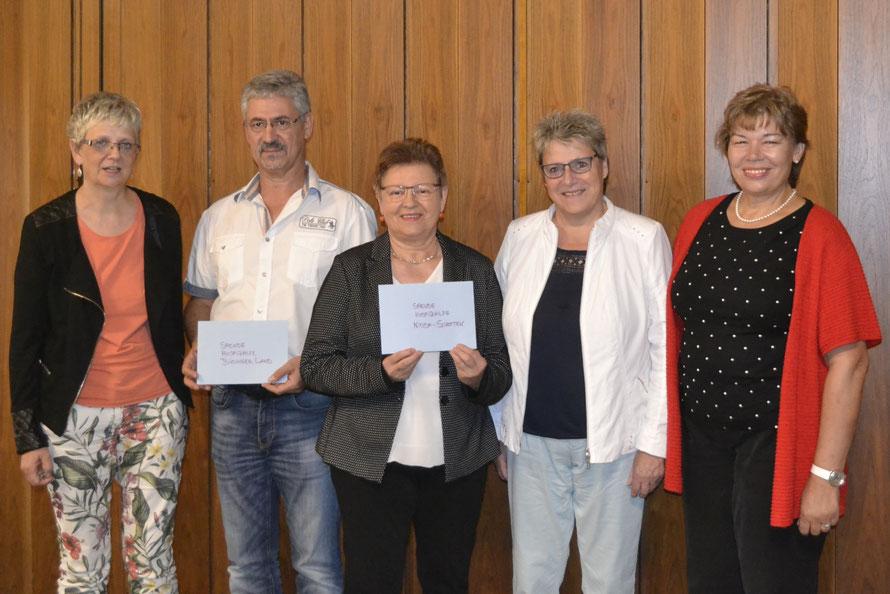 Von links:  Pfarrerin Silvia Heuermann, Dr. Udo Stern (Hospizhilfe Büdinger Land), Annemarie Serrani-Stöhr und  Monika Bress (Hospizhilfe Schotten-Nidda), Pfarrerin Erni Stock-Hampel. Foto: dfa