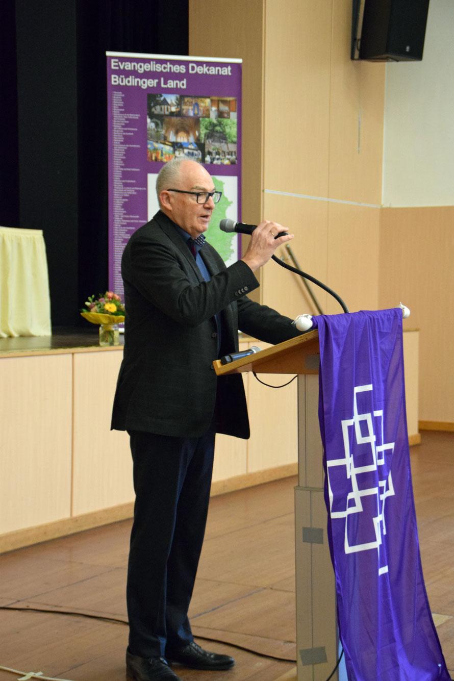 Vorsitzender Rolf Hartmann berichtet  aus der Arbeit im Dekanat. Foto: Gert Holle