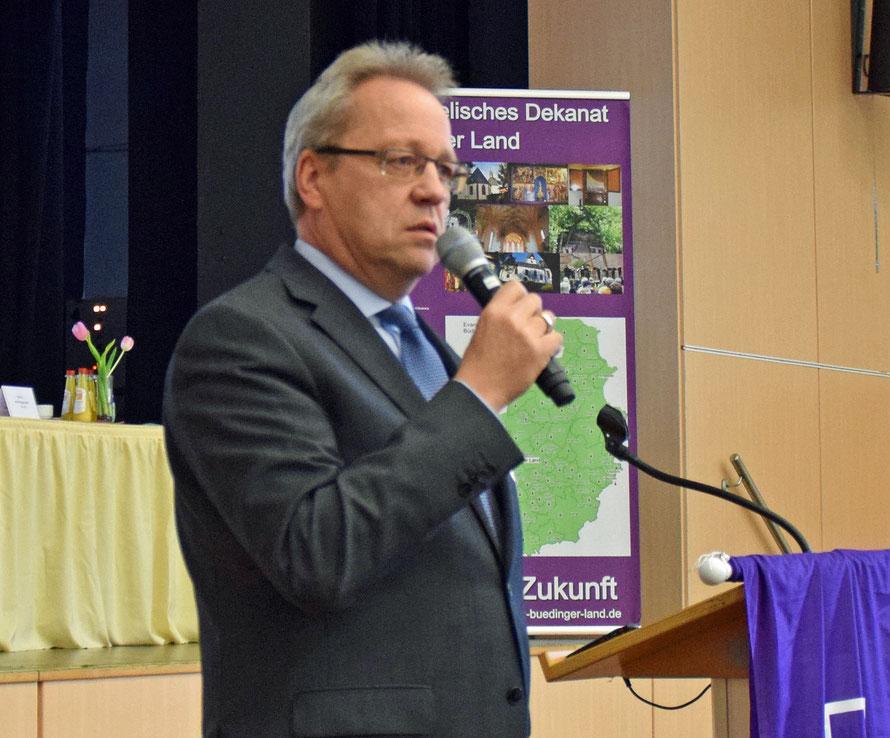 Oberkirchenrat Jens Böhm erläutert die Hintergründe der Pfarrstellenkürzungen. Foto: Gert Holle