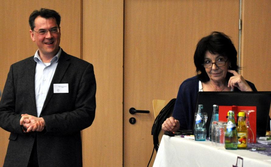 Pfarrer Andreas Marschella leitete die Wahlkommission; Ingrid Wohlgefahrt-Hruschka führte das Protokoll. Foto: Gert Holle