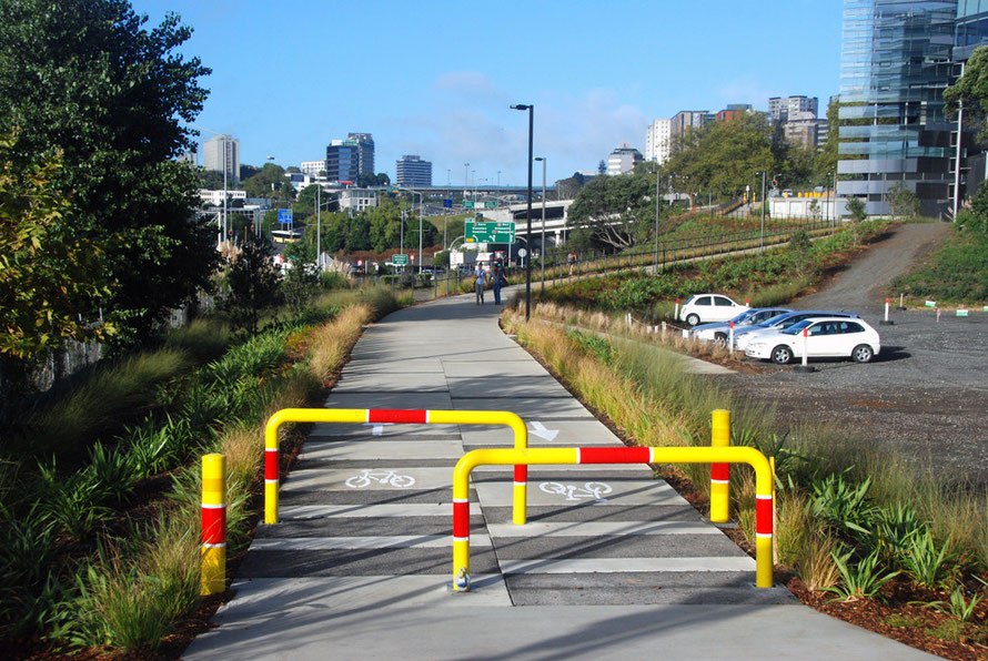 The edge of the University district is separated from the Auckland Domain of parkland by the north-south motorway network.