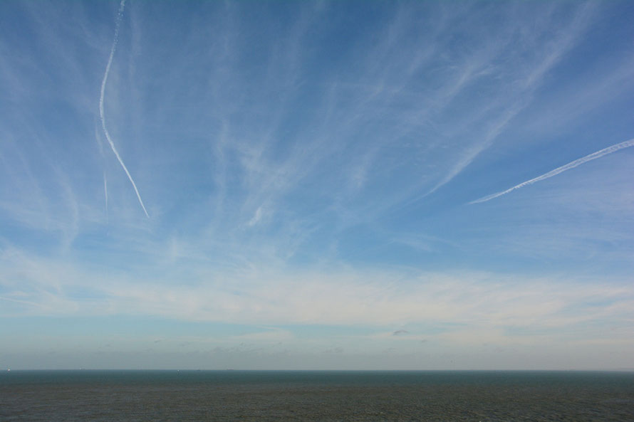 Con trails at 13.54. Shipping just visible.
