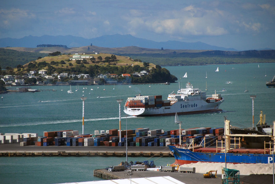 The Messina Strait heads out into the busy shipping and 'boatie' lanes beyond the North Head of Waitemata Harbour.