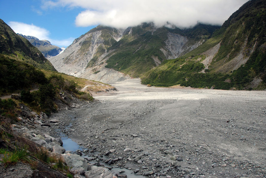 The sediment yield in the valleys of the Southern Alps is huge both absolutely and compared to that of Fiordland to the south: the Fox Glacier valley.