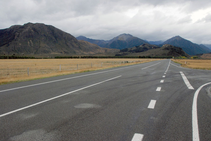 The road opened out after the strict confines of the Waimakariri valley. Traffic was sparse.