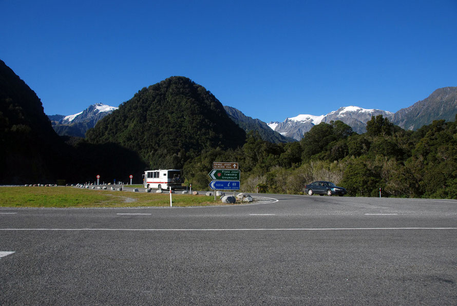The stunning blue sky of a late summer West-Coast-of-New-Zealand-morning at the turn-off to the Franz Josef Glacier.