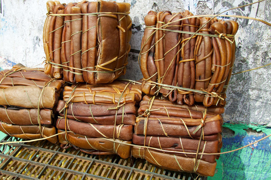 Bundled cochayuyo (Bull Kelp) for sale at a market in Puerto Montt, Chile (Courtesy Russavia WikiCommons)