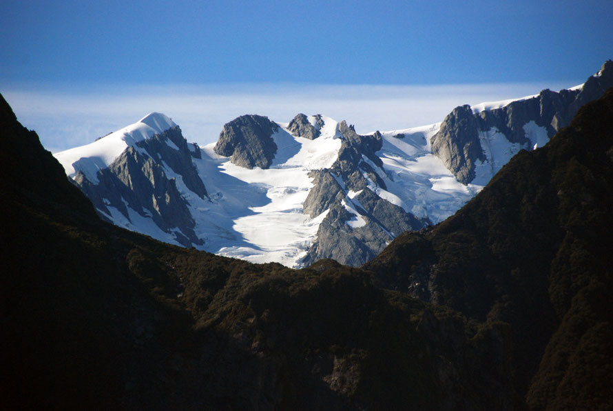 Mts Roon (2233m) and Anderegg (2362m) on the nortthern divide of the Fox Glacier  snowfield (neve). Note the huge accumulations of snow on the arrete on the left.