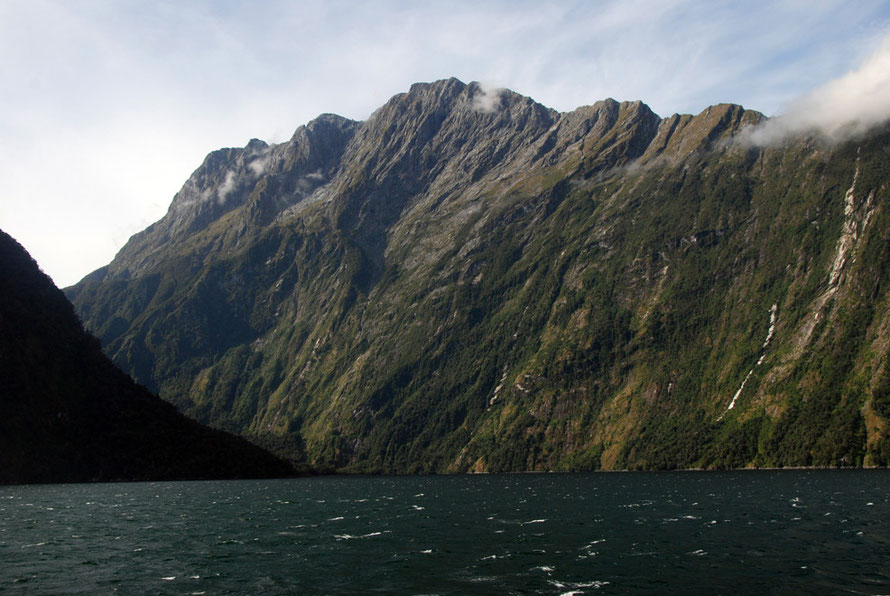 Mills Peak (1,825m) and ridge that forms the spectacular spine above the Bowen Valley behind. Harrison Cove is in the middle foreground.