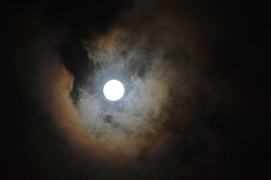 Full moon with these colours in the passing clouds. f5.6 1/80 ISO 4000