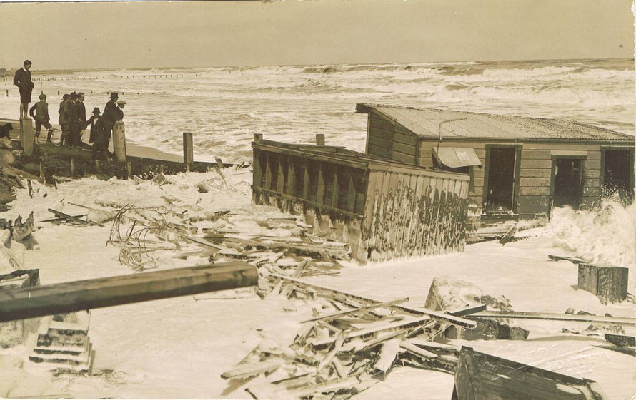The 1914 sea floods at Hokitika (click for link at postcard.org.nz)